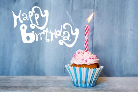 urodziny: Urodziny kartkę z życzeniami z cupcake i świec