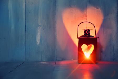 キャンドルと心を持つ聖バレンタインデーのグリーティングカード