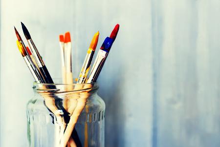 Foto van penselen in een pot