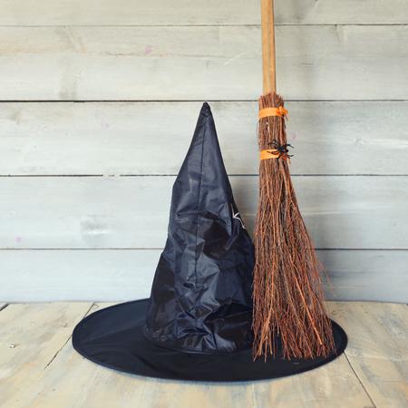 photo Halloween met heksenhoed en bezem