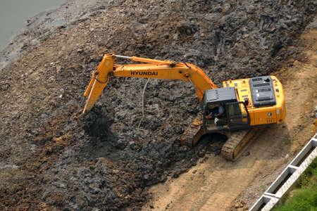 dredging: Excavator Editorial
