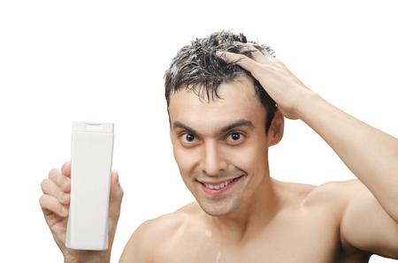 hombres sin camisa: hombre joven con un lavado de su cabello Foto de archivo
