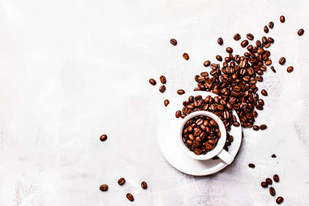 Coffee background, roasted coffee beans in a white cup, top view Standard-Bild