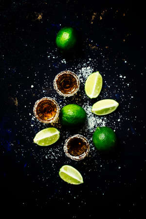 Golden mexican tequila with lime and sea salt, black background, top view Banque d'images