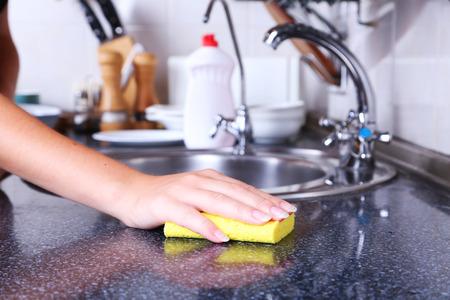servicio domestico: Limpieza de la cocina con una esponja