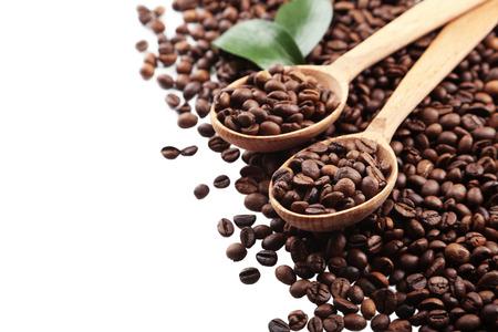 cafe colombiano: Granos de café en una cuchara sobre fondo blanco