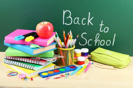 objetos escolares: Regreso a la escuela. Libros y pizarra. Foto de archivo