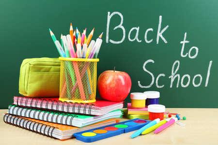 school supplies: Retour aux fournitures scolaires. Livres et tableau noir.