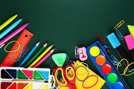 utiles escolares: Los �tiles escolares, fondo con espacio de copia