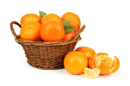 corbeille de fruits: Mandarin dans le panier isol� sur blanc