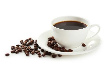 granos de cafe: Taza de café con granos de café aislados en blanco Foto de archivo