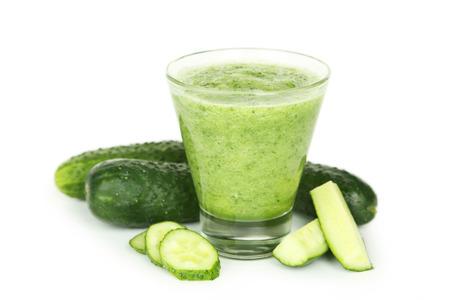 zumo verde: Vaso de jugo de pepino aislado en blanco