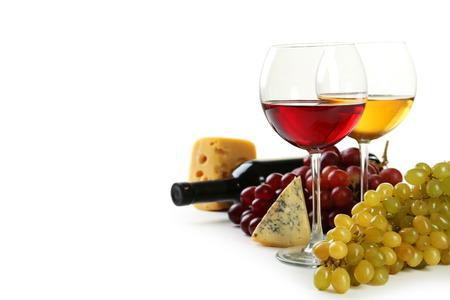 copa de vino: Vaso de vino tinto y blanco, quesos y uvas aislados en blanco
