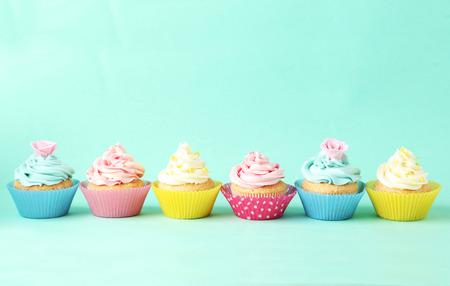 Geburtstag Cupcakes auf grünem Hintergrund