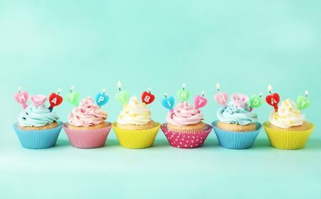 coppa di gelato: Bigné di compleanno con le candele su sfondo verde