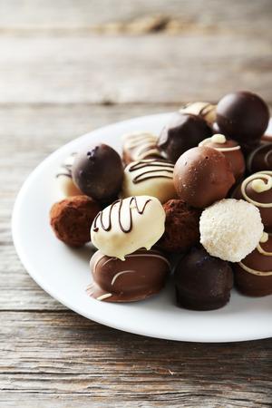 회색 나무 배경에 접시에 초콜릿