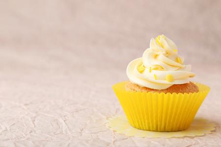 vanilla cupcake: Tasty cupcake on pink background