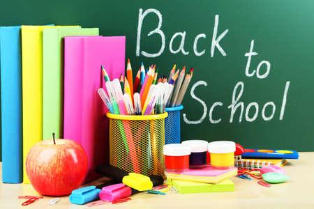 material escolar: Regreso a la escuela. Libros y pizarra. Foto de archivo