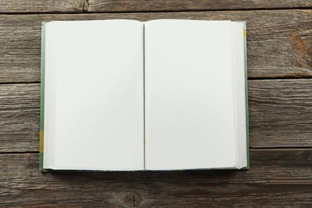 libro abierto: Libro abierto sobre fondo de madera gris Foto de archivo