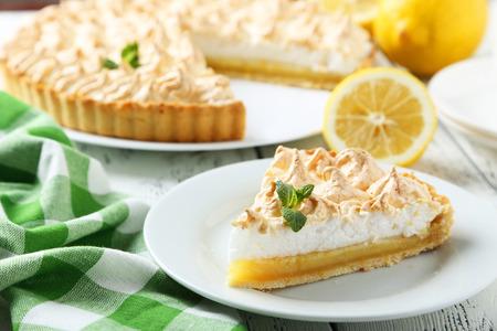 Zitronenkuchen auf Platte auf weißem Holzuntergrund