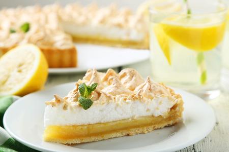 Pastel de limón en un plato sobre fondo de madera blanca Foto de archivo - 38800305