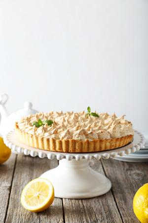 lemon pie: Pastel de lim�n en la torta de pie en el fondo de madera gris