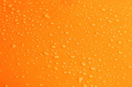 naranja: Gotas de agua sobre fondo naranja