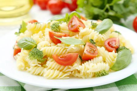 pastas: Deliciosa pasta en un plato sobre fondo de madera blanca