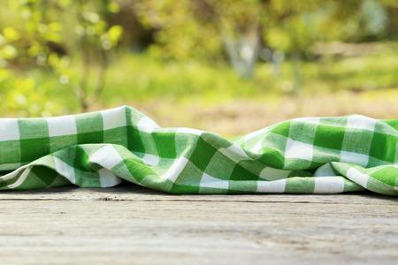 servilleta: Servilleta sobre fondo de madera gris