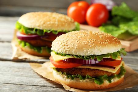 hamburguesa: Hamburguesas frescas en el fondo de madera gris Foto de archivo
