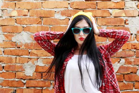 moda: Ragazza di moda pantaloni a vita bassa in bicchieri e all'aperto camicia Archivio Fotografico