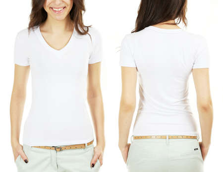 camiseta: Joven y bella mujer morena con camisa blanca sobre fondo blanco