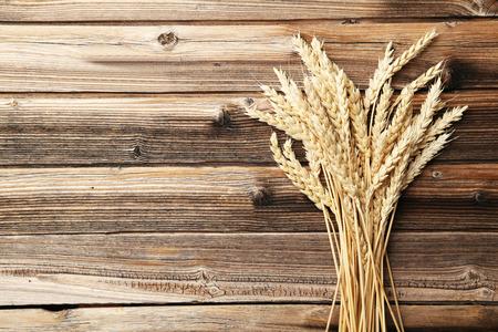 espiga de trigo: O�dos del trigo en un fondo de madera marr�n