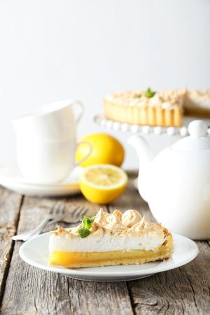lemon pie: Pastel de lim�n en un plato sobre fondo de madera gris Foto de archivo