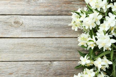 Weiße Blüten von Jasmin auf grau Holzuntergrund Lizenzfreie Bilder