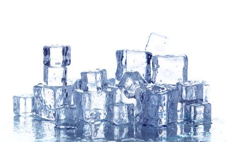cubo: Cubitos de hielo aislados en blanco Foto de archivo