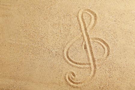 chiave di violino: Chiave di violino disegnato su una spiaggia di sabbia