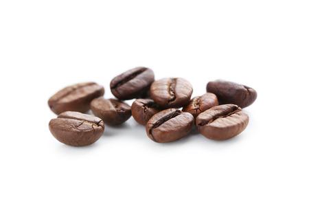 Gebrande koffiebonen geïsoleerd op een witte Stockfoto