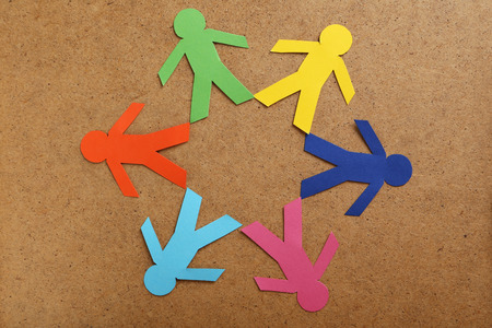 trabajo social: La gente de papel en el fondo de color marrón