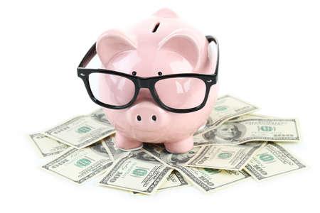 banco dinero: Pink hucha con gafas en dólares aislados en un blanco Foto de archivo