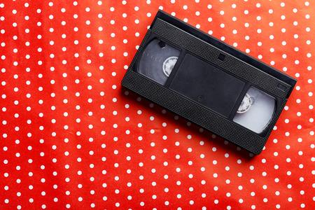 videokassette: Videokassette auf dem roten Hintergrund