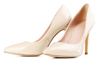 tacones: Par de zapatos de tacón alto de las mujeres de color beige aislado en un blanco Foto de archivo