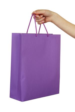 morado: Mano femenina que sostiene el bolso de compras de color púrpura Foto de archivo
