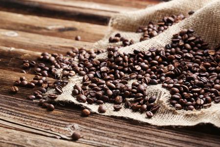 Gebrande koffiebonen op een bruine houten achtergrond Stockfoto