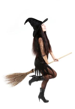 bruja sexy: Bruja morena con una escoba aislada sobre un fondo blanco