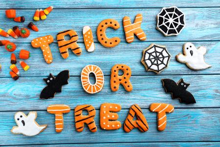 calabazas de halloween: Galletas frescas de pan de jengibre de Halloween en la mesa de madera azul Foto de archivo