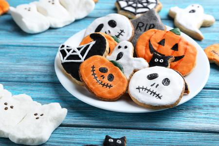 Frische halloween Lebkuchenplätzchen auf blauem Holztisch