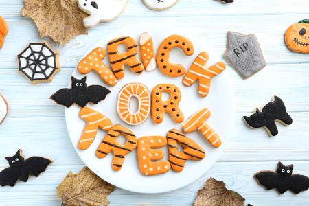 Frische halloween Lebkuchenplätzchen auf blauem Holztisch Standard-Bild - 45768029