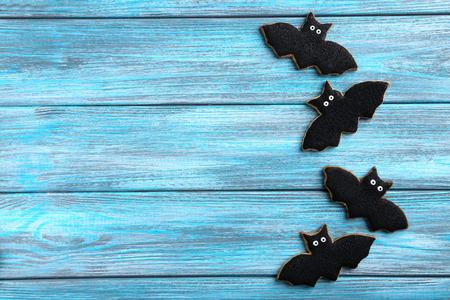 Frische Halloween-Lebkuchenplätzchen auf blauem Holztisch Standard-Bild - 45768054