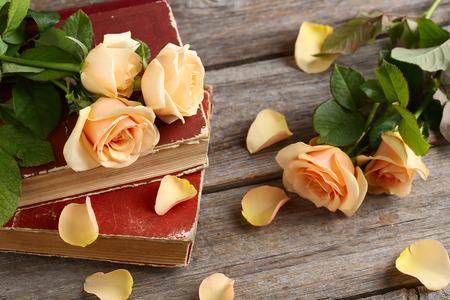 로맨스: 회색 나무 배경에 오렌지 장미 꽃다발 스톡 콘텐츠